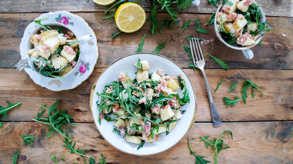 Aardappelsalade met spekjes en rucola